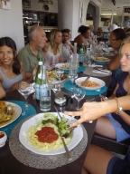 Vår dagliga lunch vid restaurang med en lärare sittande i mitt av bordet