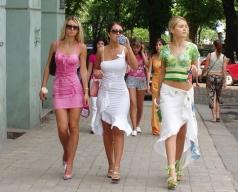 Tre unga ambitiösa studenter, med redan vissa kunskaper i franska, som bokat sin egen privata eftermiddagen intensiv grupp, på väg till instruktören.