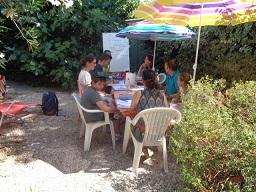 Kaffe rasten i trädgård serverad av våra lärare