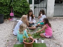 Med hjälp av Linnea, 16 år , unga flickor flätande midsommar kransar i juni månad