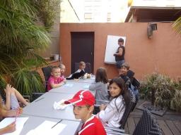 Vuxen grupp  på mellan nivå med Christine som lärare
