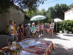 På fredag,f.m under kafferasten, flera barn grupper tillsammans, sjunger franska sånger med Laura till en uppmärksam och förstjust vuxen publik av föräldrar