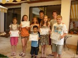 Stolta barn som visar sina diplom i slutet av deras språk stanna.