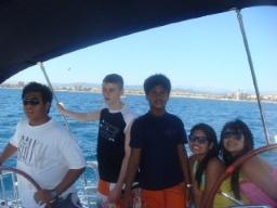 Familj segling med en rent-a-båt utflykt och glada barn