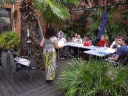 Unge student grupp i trädgården med Nathalie