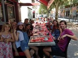 Vår restaurang le Berbère med terrass servering samt sköna ständiga brisen längs avenyn