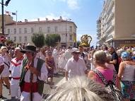Saint-Pierre porté en procession a travers la ville